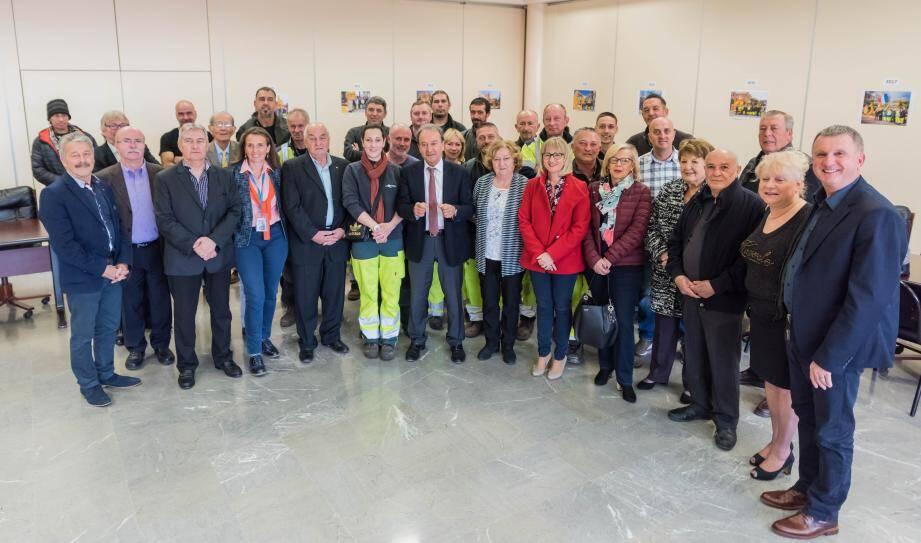 Employés et élus de la municipalité se sont retrouvés hier matin salle du conseil municipal.