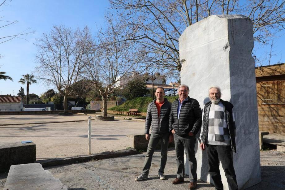 David Castello adjoint municipal, Alain Gauthey élève-sculpteur et Michel Mourier, directeur de la Maison des Arts.