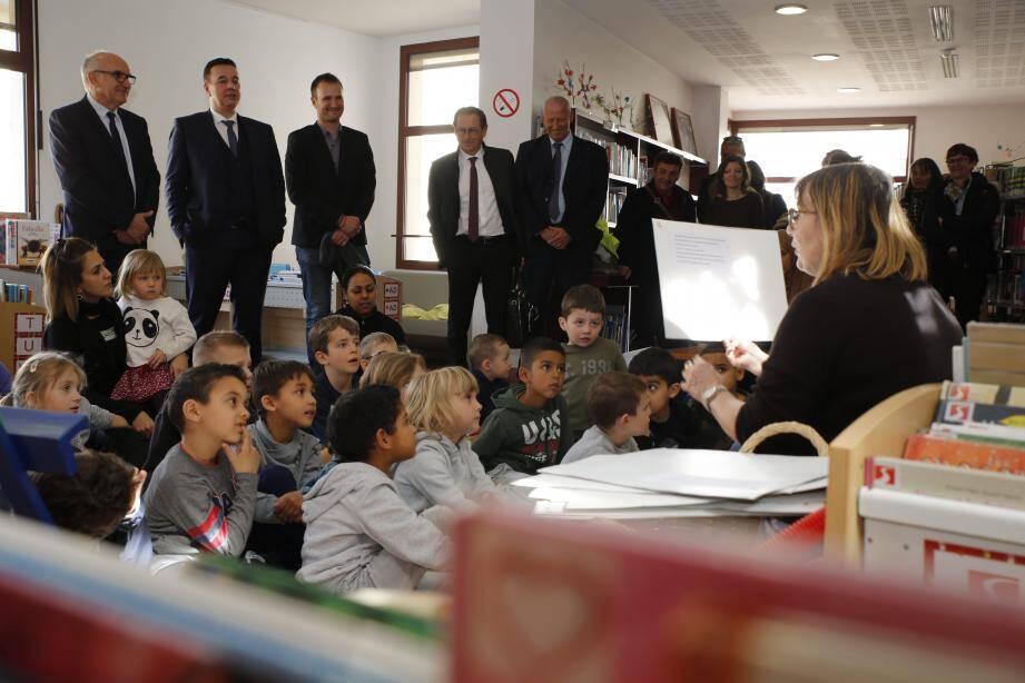 À la médiathèque André Verdet, petits et grands écoutent l'histoire avec attention.