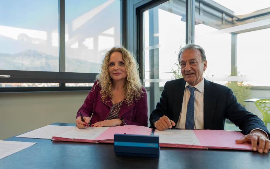 Laurence Franceschini, présidente du conseil d'administration de la CAF des Alpes-Maritimes, et Patrick Césari, le maire, ont signé une charte en faveur des enfants handicapés.