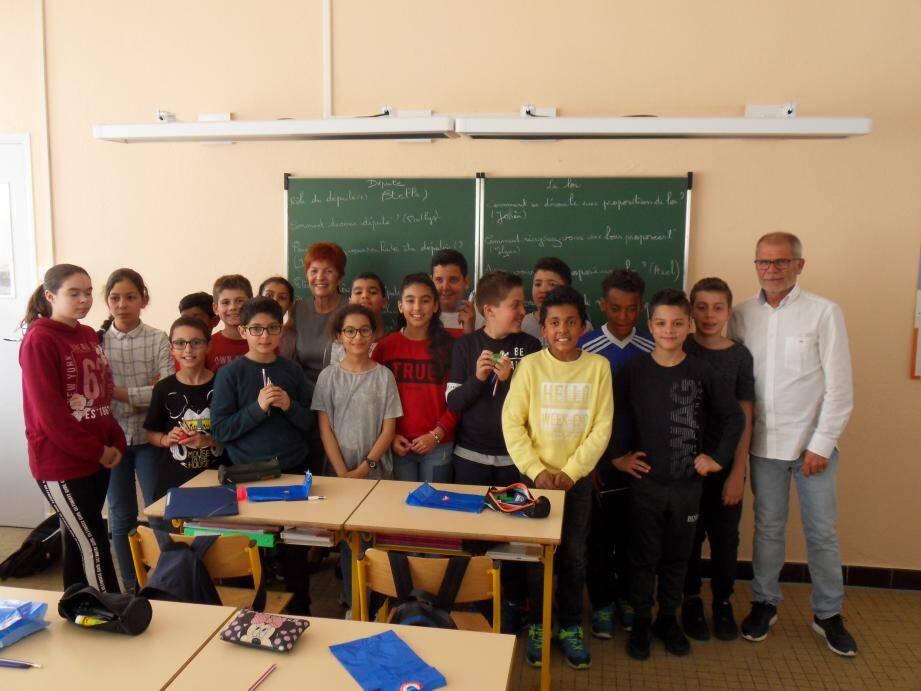 Les enfants ont longuement échangé avec Geneviève Levy (au centre au 2e plan), députée de la première circonscription du Var.