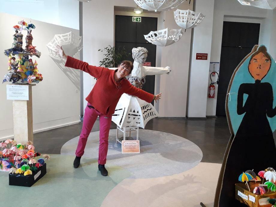 Exposition « Communautés de femmes et solidarité » à découvrir aujourd'hui et jusqu'au 13 mars (gratuitement) au palais des  congrès où Isabelle Chemin, ici dans la partie dédiée à la statuette « La dame de Pasieczna » assure la visite.