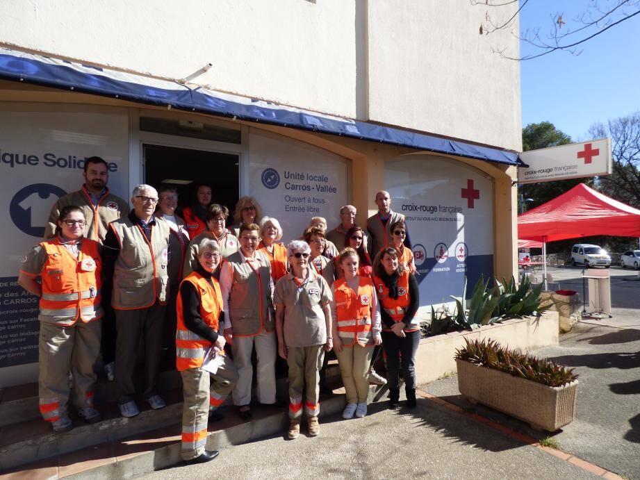 Arnaud Strina entouré par les bénévoles devant la nouvelle boutique solidaire.