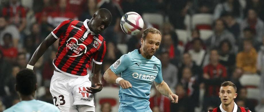 Malang Sarr ici au duel avec Valère Germain.