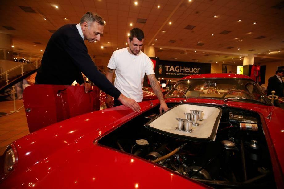 Philippe Renzini et Kévin aux petits soins d'une 1958 Ferrari 250 TDF chassis n°0973 GT, alors que les visiteurs mulitplient les photos.