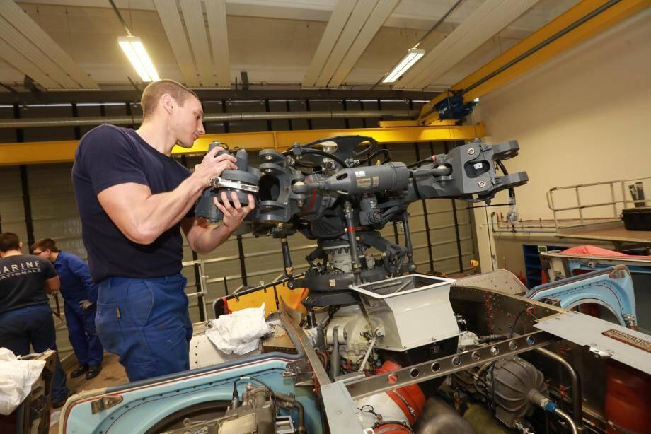 Loïc est technicien porteur. Il travaille sur les parties mécaniques du NH90 et actuellement sur une mahcine rentré «en visite», c'est-à-dire en révision.