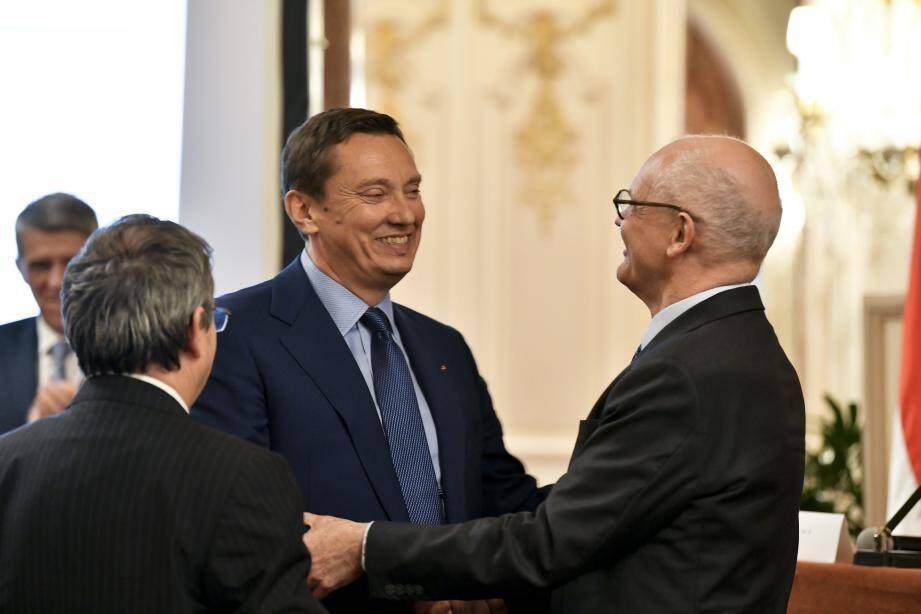 Marc Lecourt, nouveau président du conseil d'administration de l'Association des consuls honoraires de Monaco, félicité par le Ministre d'Etat.