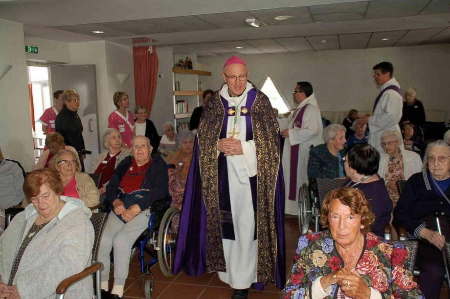 Accueilli à Manon-des-Sources, jeudi, par le directeur Philippe Leflanchec et l'adjointe au maire Laurence Bousahla, l'évêque a pu donner l'onction à 65 des 79 résidents de l'institution.
