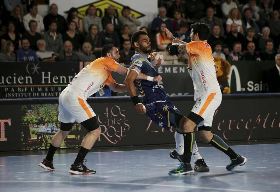 Dipanda et les Raphaëlois, ici face à Montpellier en championnat, n'étaient pas loin. Mais c'est bien le MHB qui jouera la finale face au PSG.