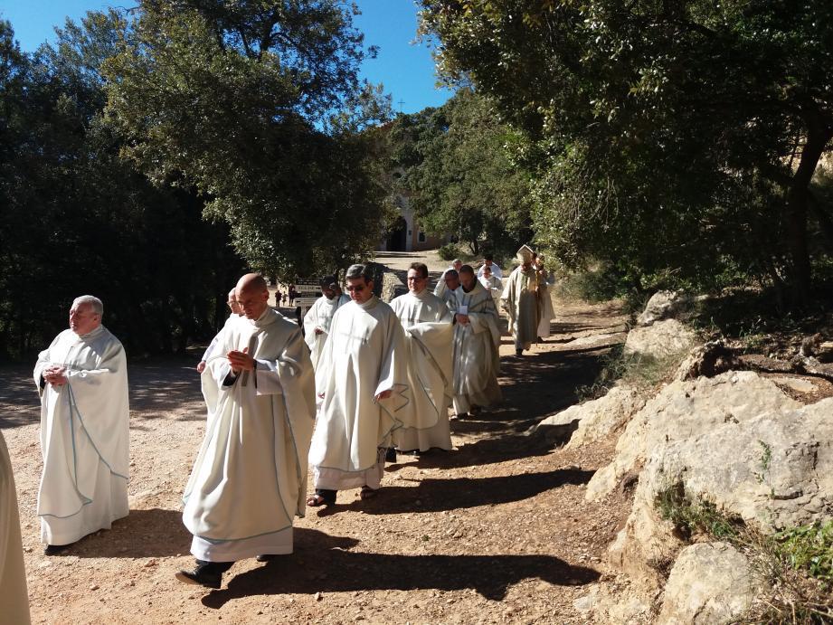 Assistance nombreuse pour la messe épiscopale.