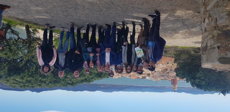 Une quinzaine d'agents de voyage et journalistes de presse spécialisée, venus du monde entier, ont été reçu par Saint-Tropez tourisme et la commission du film du Var. Une photo de famille sur fond de village tropézien avec Claude Maniscalco et Michel Brussol.