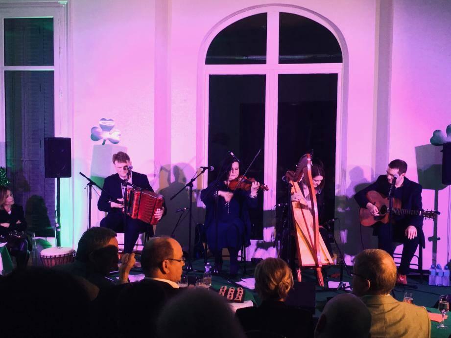 Le prince Albert II est venu prendre une bouffée d'Irlande auprès du groupe Dubh Linn samedi soir.