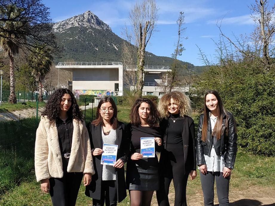 Chaimae, Mélanie, Farah, Ines et Janna organisent une kermesse au profit de l'Unicef, dans le cadre de leur projet étudiant.