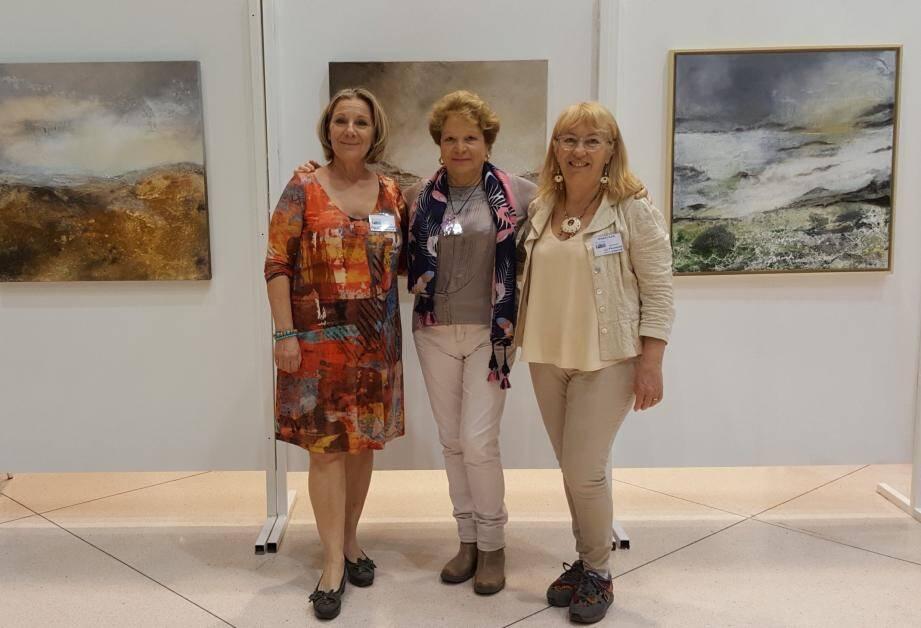 Arielle Girousse, Tonia Califano et Maryse Fontaine, lauréates du prix du public du salon 2019 de Talents de Femmes 83, devant les peintures de la 4e gagnante Joëlle David.