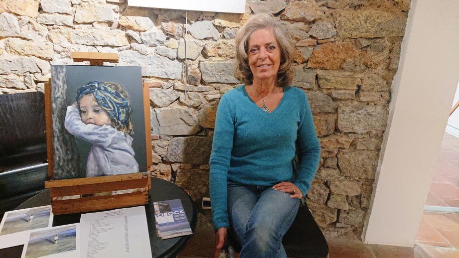 Marie Leroy, artiste-peintre exposant à la galerie Cravero au Pradet en mars, ici près du tableau de sa petite-fille Isaure.
