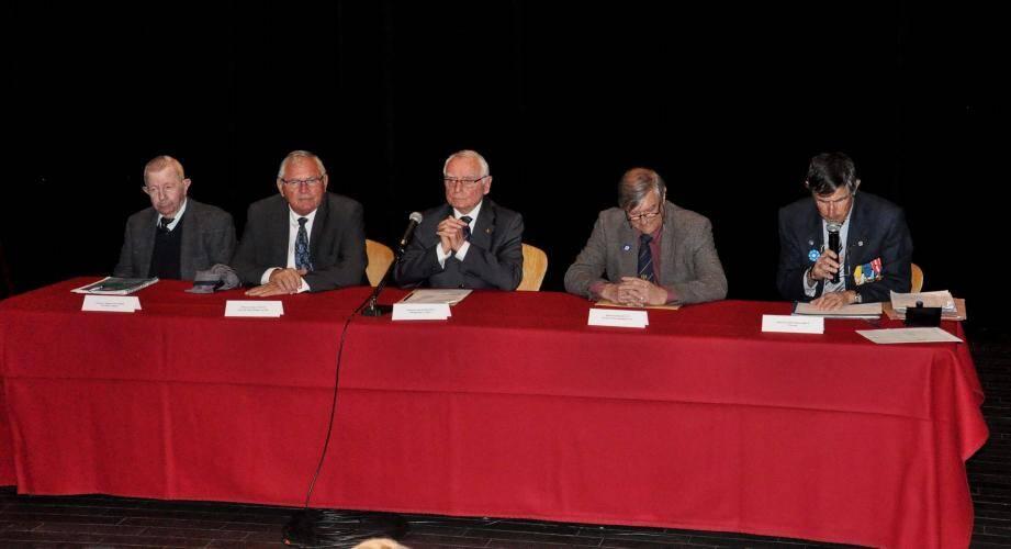 Jacques Touchard, secrétaire, Gilles Vincent, maire de Saint-Mandrier, Jean Kuhlmann, président, Michel Blaty, président départemental de l'Union fédérale, et Jean-François Brun, trésorier (de gauche à droite).