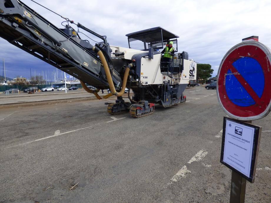 Malgré les panneaux d'interdiction de stationnement, les engins de chantier doivent faire avec la présence d'une trentaine de voitures.