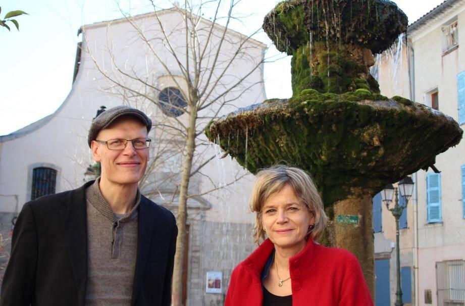 Nathalie Piégay et Cédric Lerible sur la place Gambetta, à quelques mètres de la maison de la grand-mère de Marguerite Toucas-Massillon.