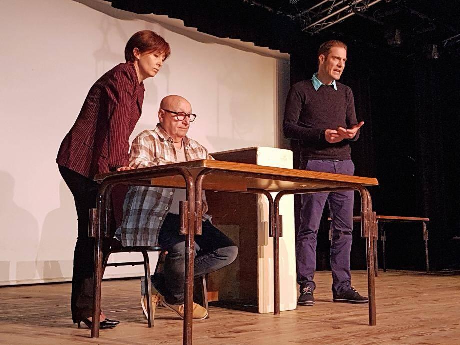 Béatrice Seignez, Claude Helblong et Jocelyn Dailly, jouant en avant première un extrait de Cochon d'Inde. Pièce très drôle sur les conséquences parfois absurdes l'absurdité de la mondialisation.