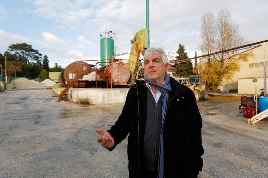 Claude Orfila, directeur commercial de la société Braja Vesige, à La Seyne, sur le site où était exploitée l'ancienne centrale d'enrobage à chaud qui a été démantelée et remplacée par l'installation de Signes. Le terrain de 5 000 m2 a été dépollué et transformé en parking.