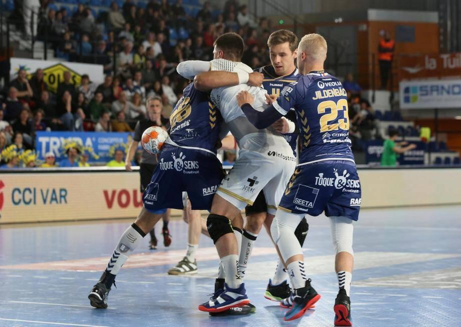 La défense raphaëloise a bien essayé de prendre en étau les joueurs d'Aix-en- Provence mais cela n'a pas suffi pour l'emporter.