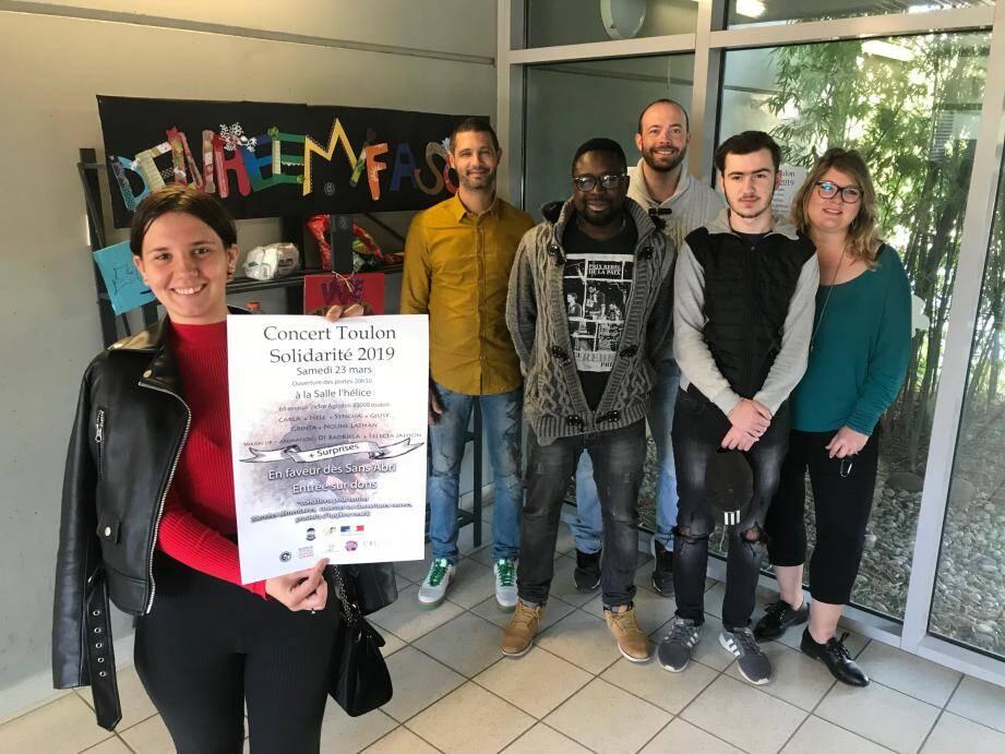 Sonya, élève de la Mission de lutte contre le décrochage scolaire du collège Maurice-Genevoix, présente le concert solidaire, organisé par Simon Lenain, avec le centre social Toulon-est et Toulon solidarité.
