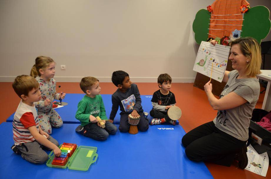 Au Jardin musical, les enfants apprennent déjà les bases du solfège avec Cristina, professeur de musique.
