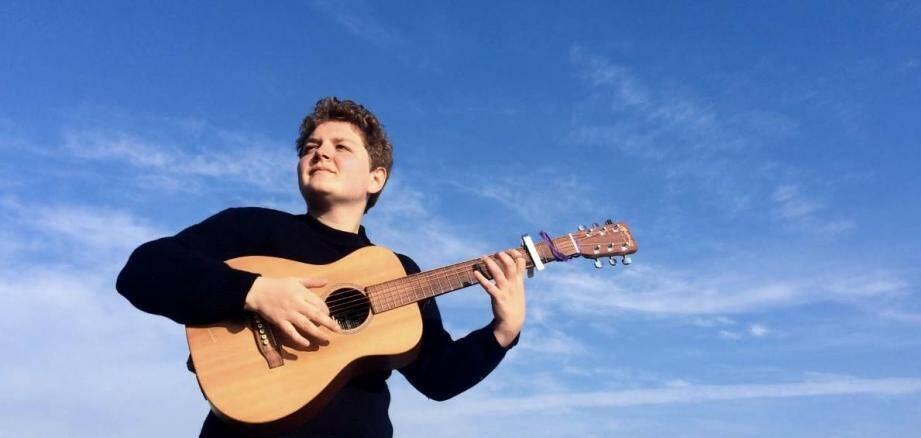 Sur scène, Clara Malaterre s'accompagne avec ses fidèles guitares Baby et Finette. Elle propose un répertoire éclectique ponctué d'improvisations.