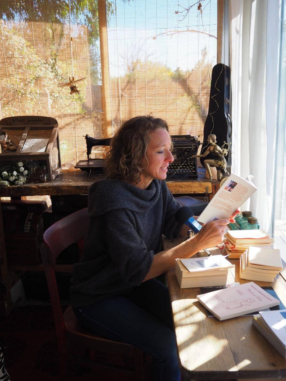 Le studio d'enregistrement de Béatrice est au cœur de sa maison. Une vraie source d'inspiration car elle y est ainsi entourée de son piano et de ses livres dans un écrin de verdure.