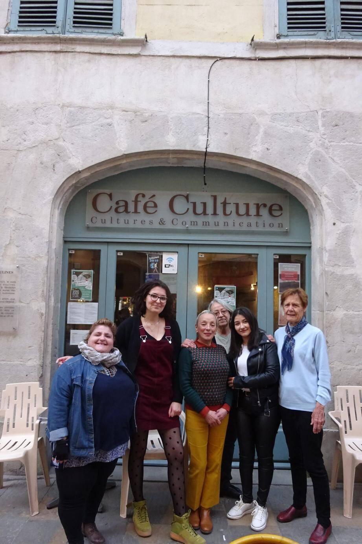 Mireille Doaré, Louise Bouchet et une partie des bénévoles, devant le Café Culture.