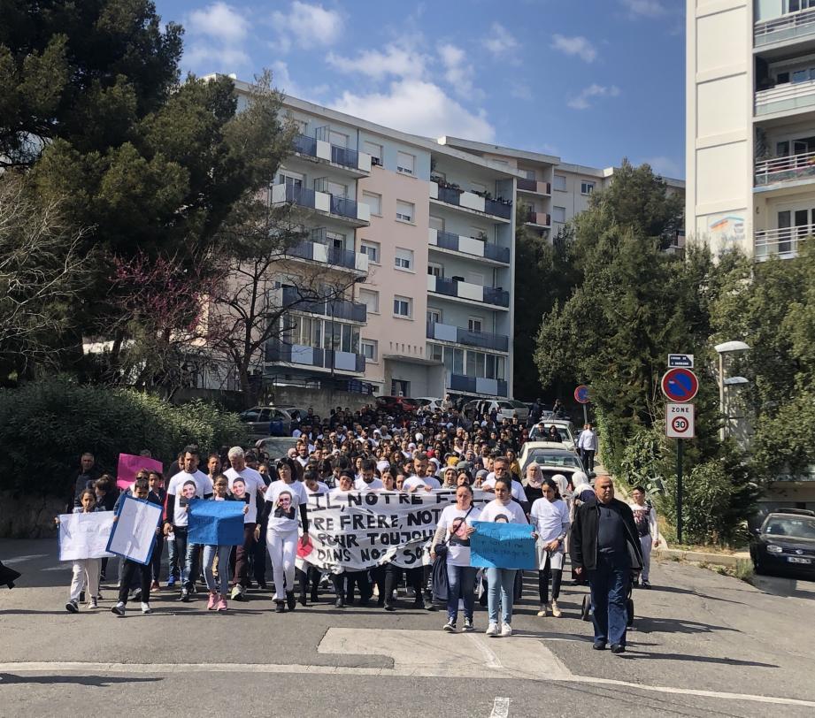 Jusqu'à 400 personnes ont rejoint le cortège qui a débuté au Val des Rougières devant le lieu même de l'assassinat de Jalil Yejber, 20 ans, le 14 avril dernier.