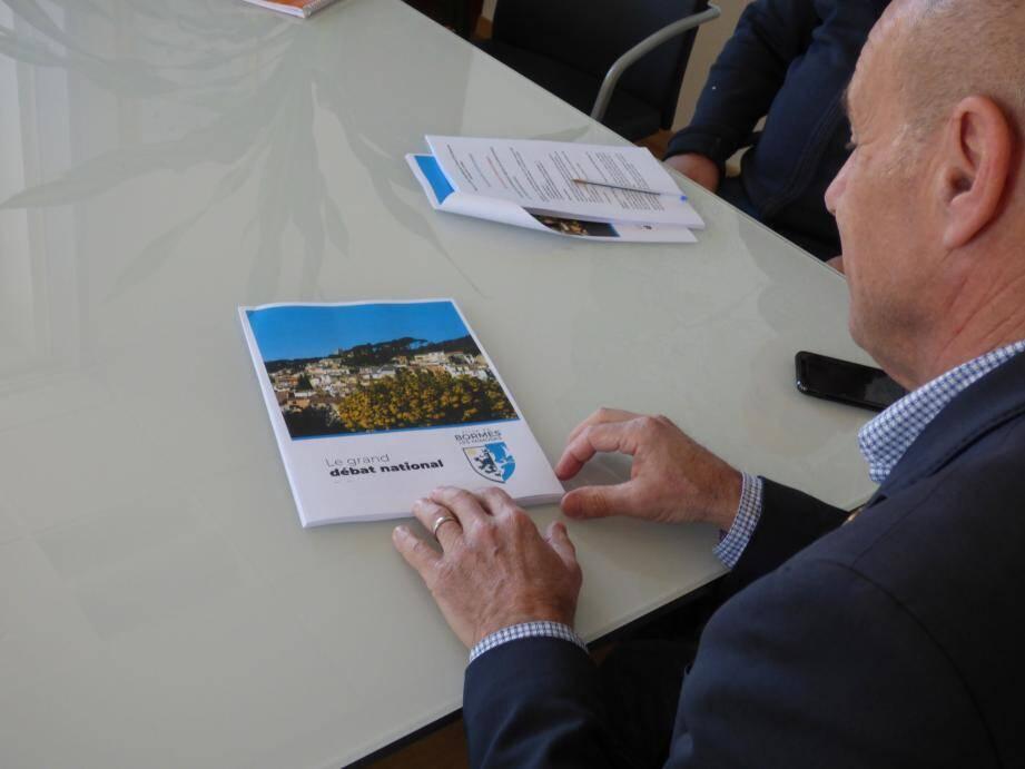 Le maire de la commune, François Arizzi, a pris connaissances des propositons émanant des débats organisés dasn sa commune. L'occasion de dévoiler son envie de reproduire, à l'avenir, ce genre de débats sur les grands projets à Bormes.