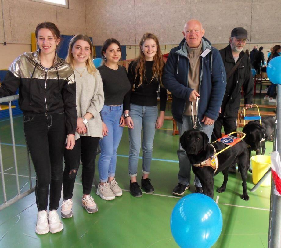 Élèves de terminale ST2S au lycée Bonaparte, Kathleen, Emma, Ornella et Maryne ont fait appel aux amis de l'association des chiens guides d'aveugles, pour confronter les lycéens au déficit visuel.