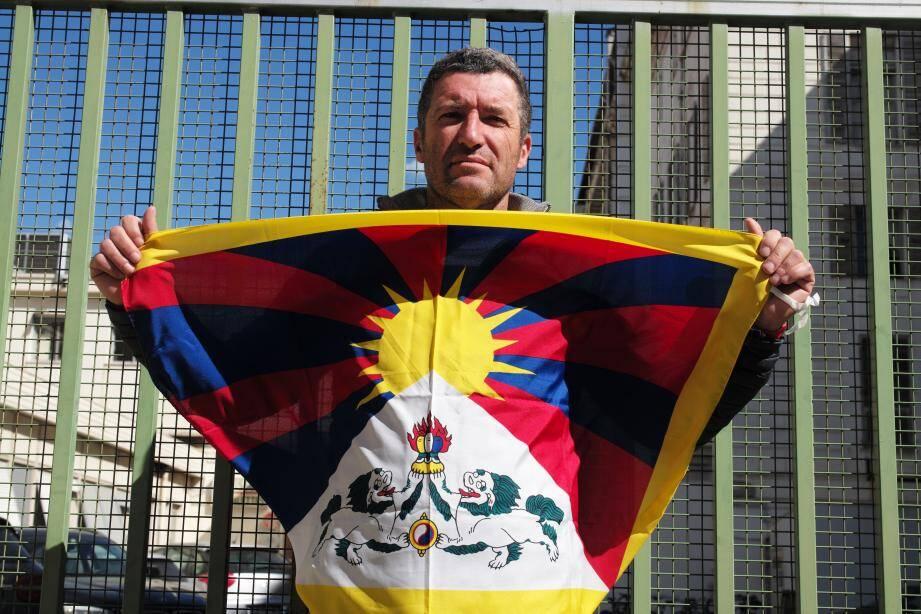 Hugues Picon brandit fièrement son drapeau tibétain et appelle «les défenseurs des droits de l'Homme» à faire entendre leur désapprobation.(DR)