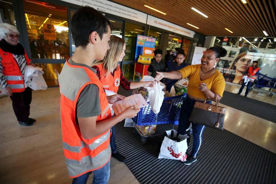Des bénévoles de la Croix Rouge ont collecté des produits secs, samedi, dans la galerie du centre commercial Carrefour.