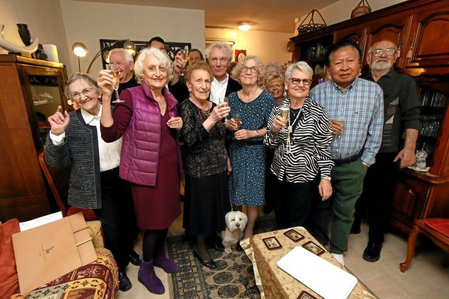 Renée Deruelle, 100 ans, est la troisième en partant de la gauche au premier rang. Une centenaire en bonne forme, et très épanouie.