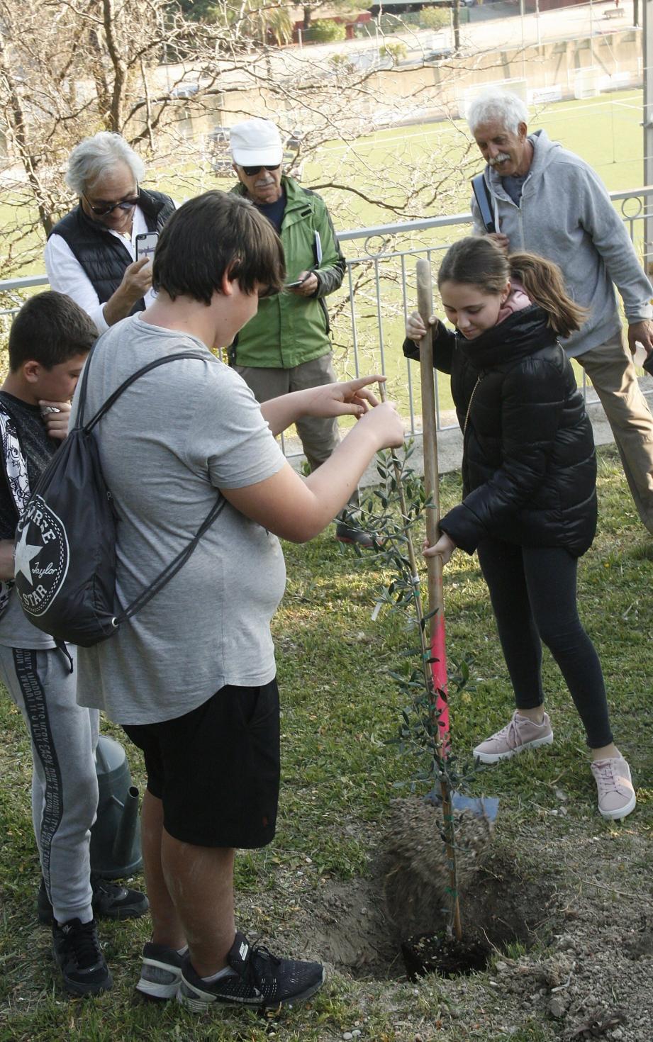 Lycéens italiens et français ont planté deux oliviers, symboles de paix en mémoire de ce jeune homme de confession juive enlevé, torturé et tué en 2006.
