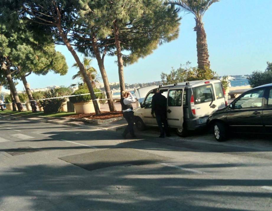 Pendant près d'une heure, une partie de la Croisette a été coupée pour laisser les démineurs opérer sur le véhicule suspect.(DR)
