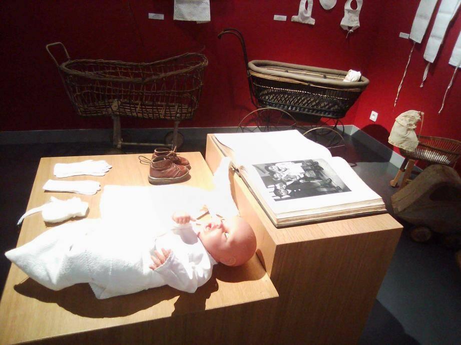 De nombreux objets du début du siècle nourrissent l'exposition « Langes et barboteuses ».