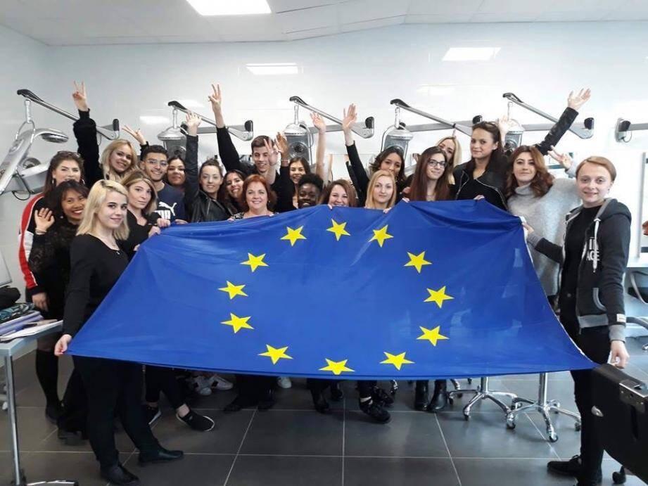 Ouverture et enrichissement dans le cadre de ce projet Erasmus +. A droite, en haut, les créations du jour. En bas à gauche, Kim et Maria coiffent Maryline.(DR)