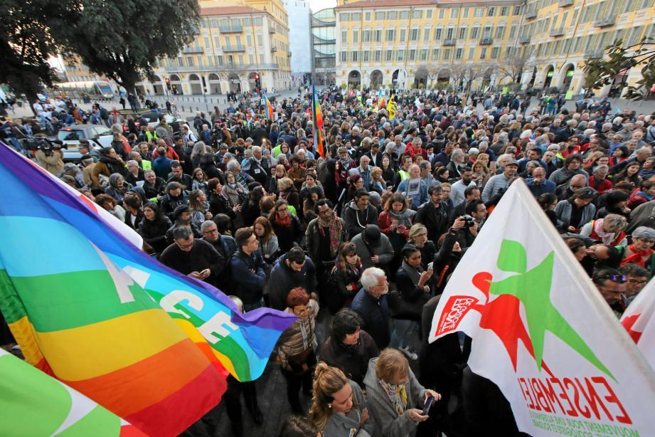 Après le rassemblement pour Geneviève Legay sur Garibaldi, une centaine de militants ont marché jusqu'à la mairie.
