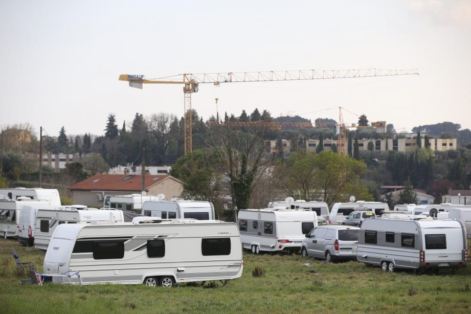 Après avoir annoncé qu'il quitterait la ville dimanche, un groupe de la communauté des gens du voyage s'est installé sur un terrain appartenant au groupe Carrefour, situé aux Villanelles, dans le quartier de Saint-Marc.