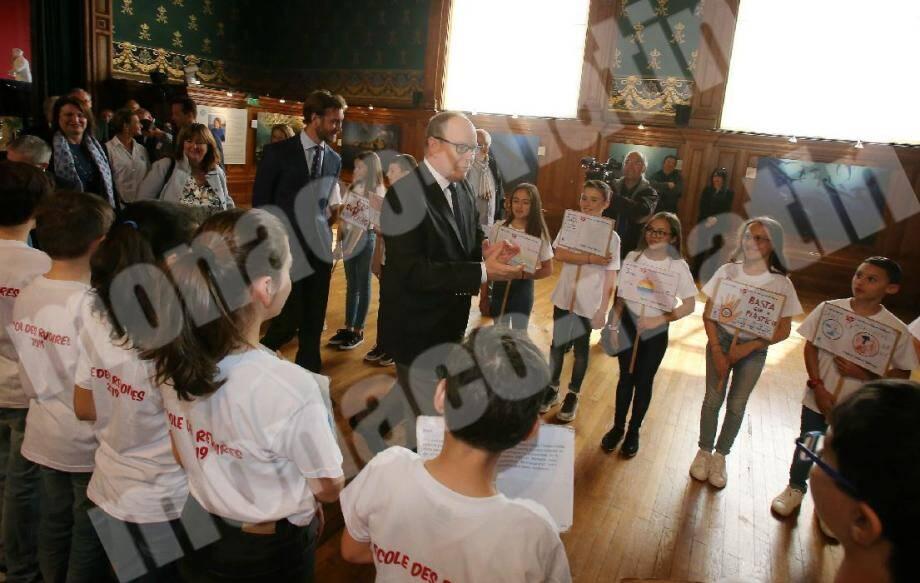 Les écoliers ont accueilli le prince Albert II comme de bons petits manifestants.