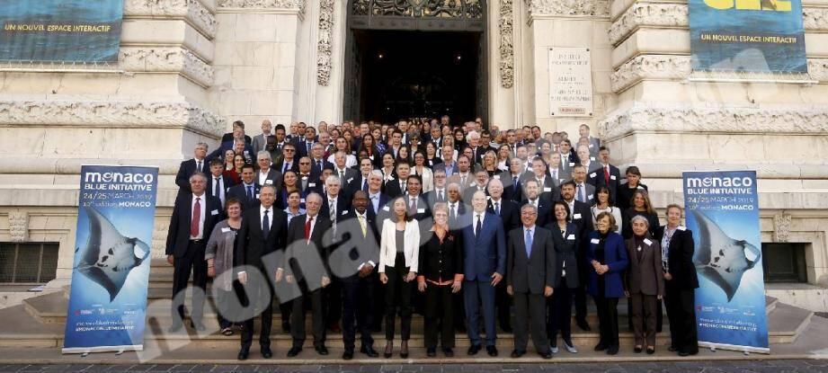 Le prince Albert II entouré des 145 participants à la 10e Monaco Blue Initiative.