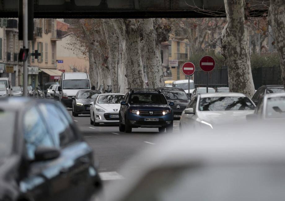 Boulevard Lyautey comme sur les grands axes du quartier Pasteur, les riverains dénoncent la vitesse excessive et les doubles files. (Photo Frantz Bouton) AVENUE LIAUTEY CIRCULATION