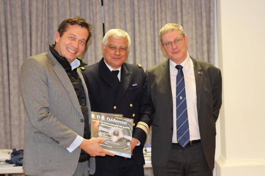 Le Capitaine de frégate de réserve Jean-Louis Coville, ici entouré de Monsieur le Maire et du Président Patrick Perrier.