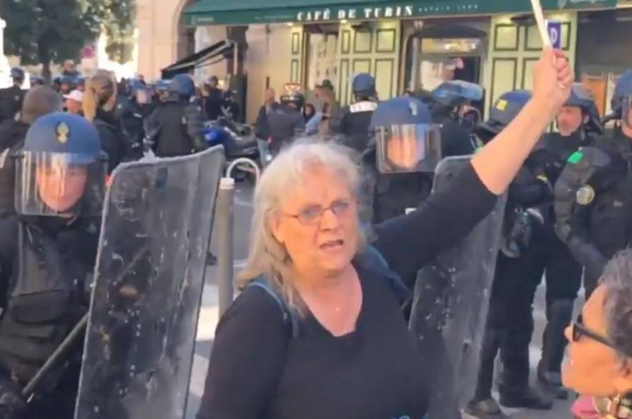 Geneviève Legay, 73 ans, est tombée samedi matin lors d'une charge des forces de l'ordre sur la place Garibaldi à Nice