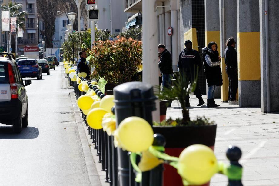 Les gilets jaunes décorent le port de La Seyne.