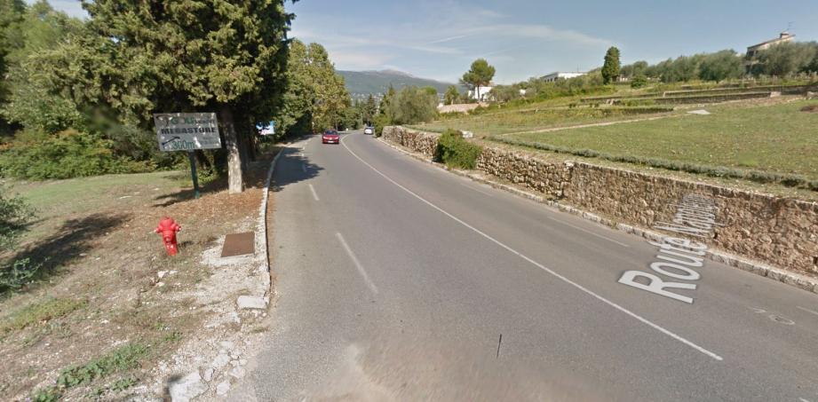 L'accident s'est déroulé route de Cannes, à proximité du golf de Saint Donat, à Grasse.