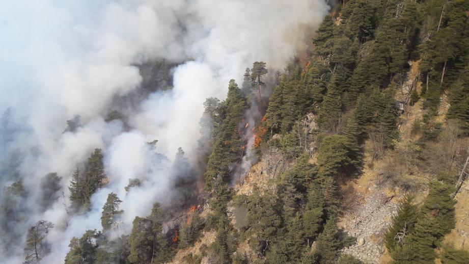 L'incendie s'est propagé dans une zone difficile d'accès.
